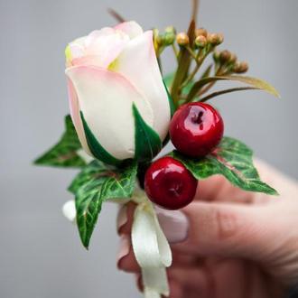 Бутоньерка жениха из искусственных цветов