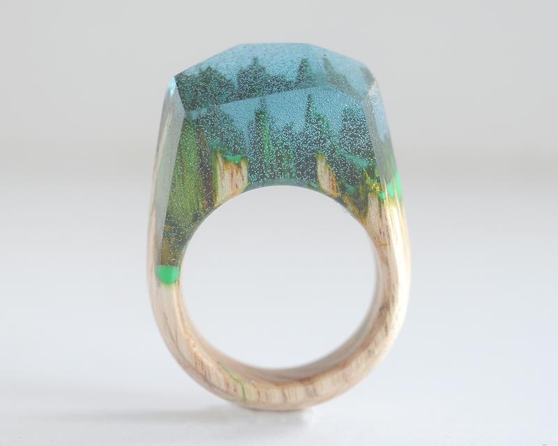 Кольцо из дерева и смолы.