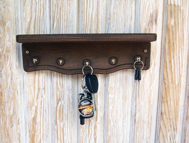 Деревянная настенная ключница с полочкой