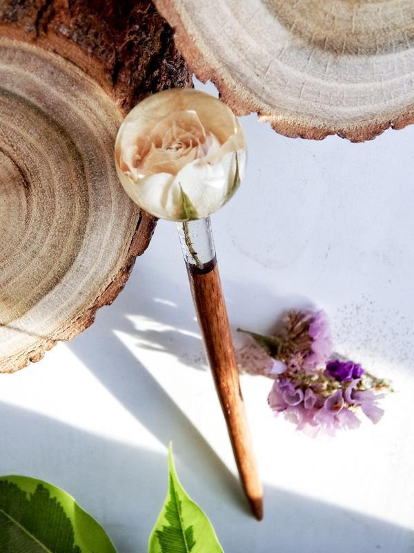 Живая роза-сфера в эпоксидной смоле, заколка для волос, заколка из дерева, подарок для любимых