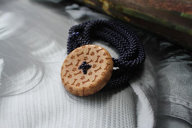 Браслет из бисера - Фенечка. Застежка пуговица. Вязание с бисером. Натуральные материалы. Подарок.