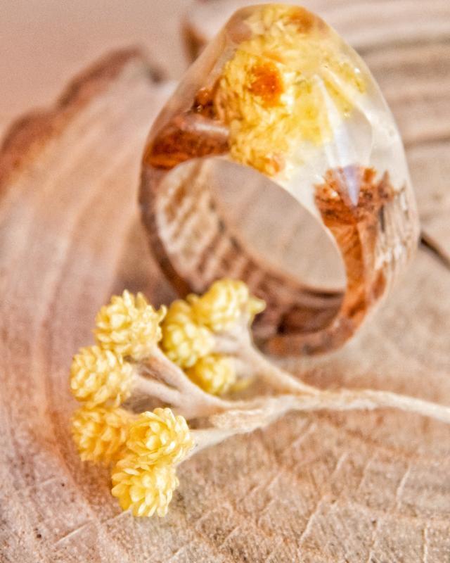 Перстень с сухоцветом безсмертника, кольцо из эпоксидной смолы и дерева, жёлтое кольцо из древесины
