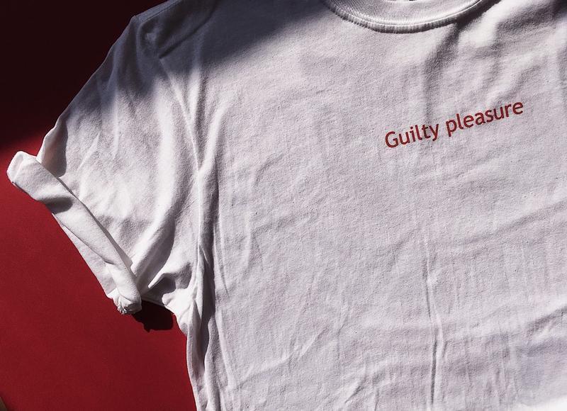 Футболка с надписью «Guilty pleasure», унисекс