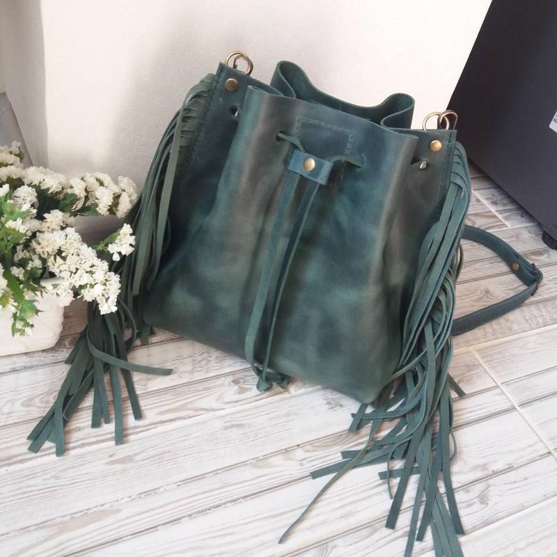 Сумка-мешок на шнурке из натуральной кожи CrazyHorse  c бахрамой. Цвет зеленый. Ручная работа