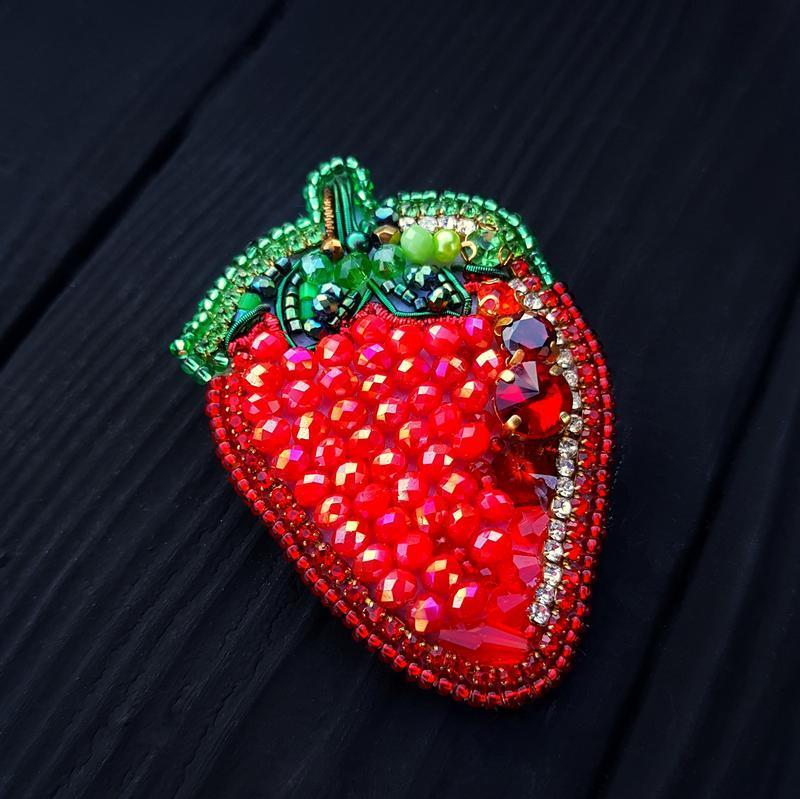 """Брошка - кулон """" Полуничка """" вишивка кристалами брошь клубника брошка фрукт красная брошь"""
