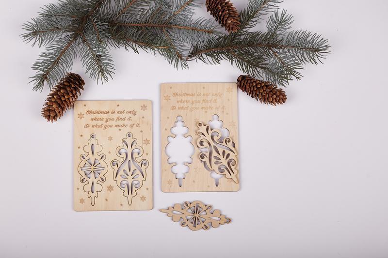 Открытка из дерева новый год, объемными шарами медовый