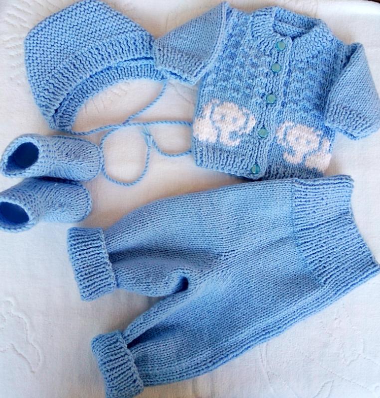 Соедините шаговый шов и внутренние швы этих простых брючек от костюмчика для новорожденных.