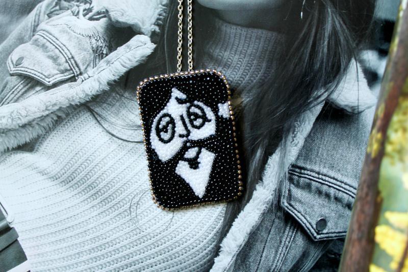 Черно белая брошь/кулон на каждый день. Аксессуар трансформер – украшение вышивка бисером.