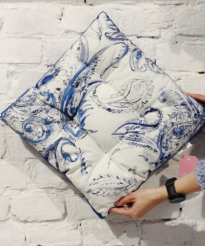 Подушка на стул. Квадратная подушка. Мягкое сиденье. Подушка белая с синим однотонном.