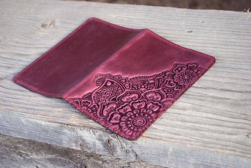Обложка на паспорт кожаная женская марсала с орнаментом Цветочный сад