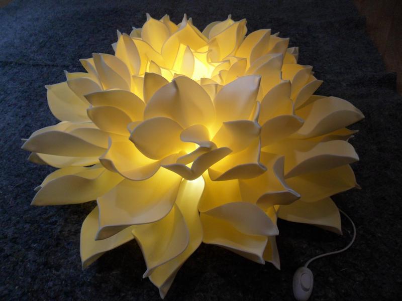 Декоративный светильник в виде георгина