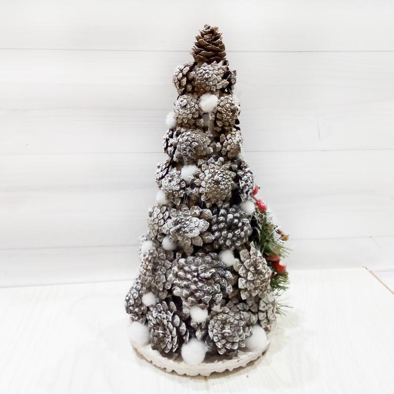 Новогодняя елка настольная с декором из шишек