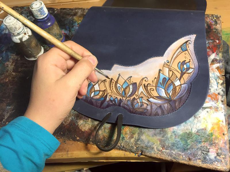 Сумка кожаная синяя с узором через плечо