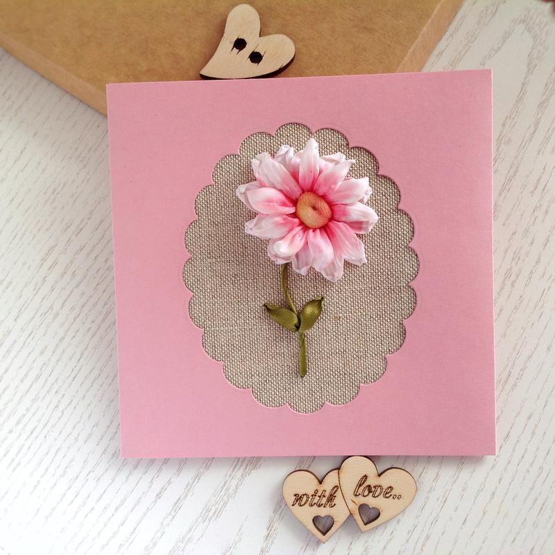 листівка з рожевою хризантемою для жінки