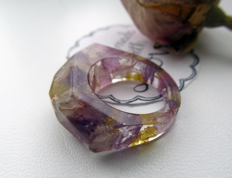 Гранований перстень з квітами статиці в ювелірній (епоксидній) смолі