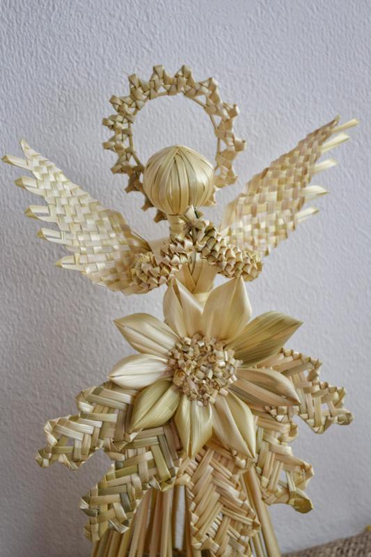 Ангел из ржаной соломы с лотосом