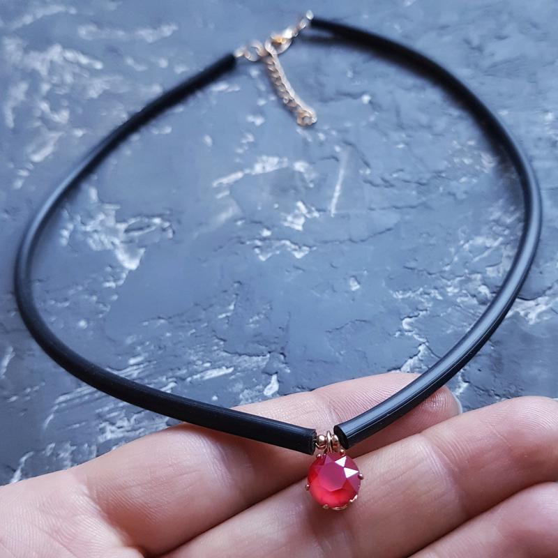 Колье - чокер с кристаллом Swarovski цвет на выбор каучук чоккер с Swarovski подарок день влюбленных