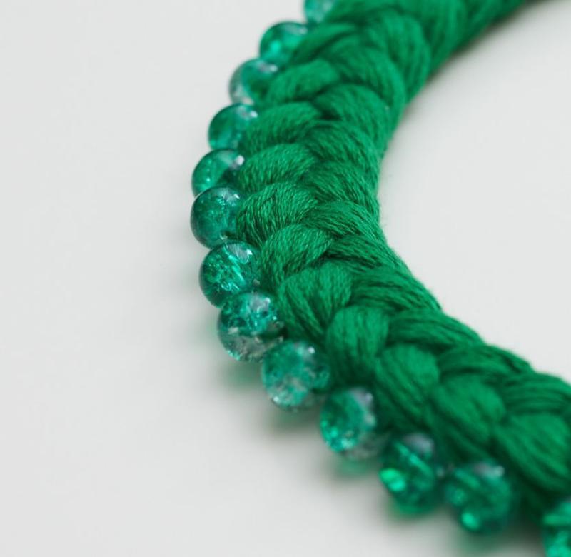 Хлопковое колье-коса Зеленое с бусинами кракле