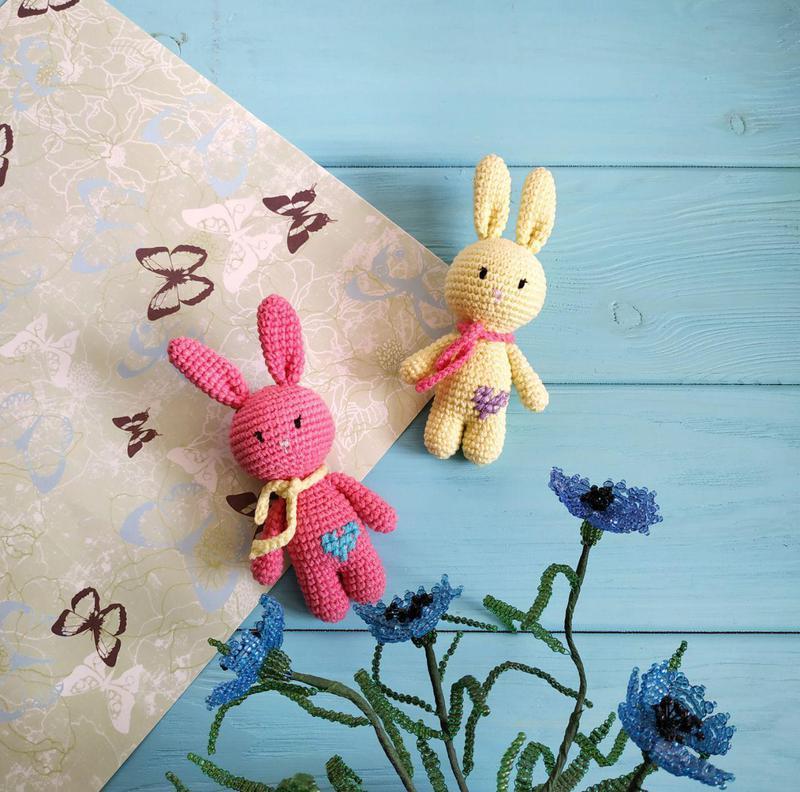 Вязаная игрушка. Вязаный заяц. Вязаный кролик. Амигуруми
