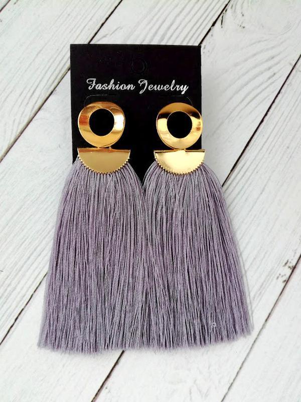 Модные серьги-гвоздики из серых вискозных ниток.