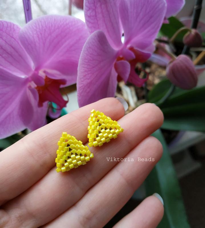 Желтые сережки гвоздики в форме треугольника из бисера, пуссеты, мини серьги