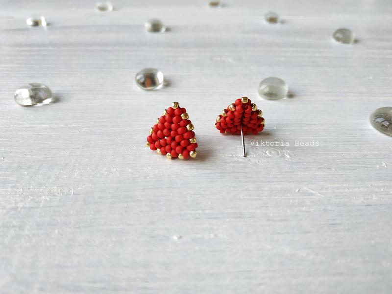 Красные с золотом сережки гвоздики из бисера, пуссеты, мини серьги
