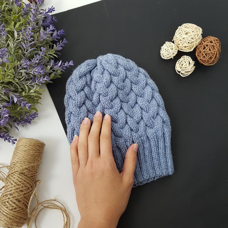 Bregoli design вязаная сине-серая шапка с бубоном без отворота тауп размер 54-55см