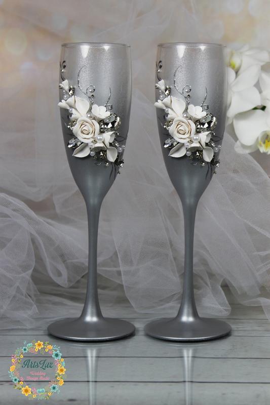 Свадебные бокалы с сияющими кристаллами и цветами