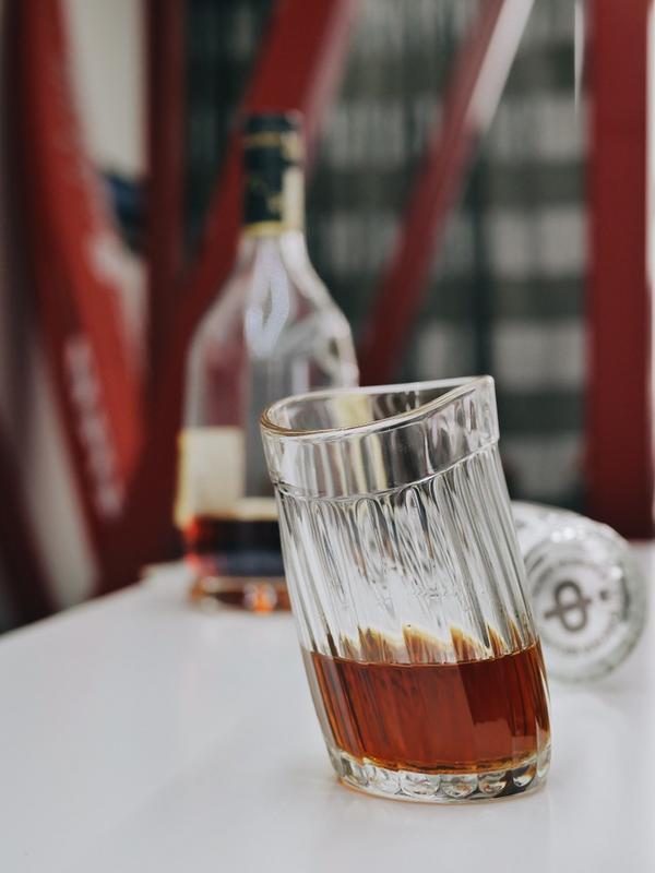 Набор пьяных граненых стаканов
