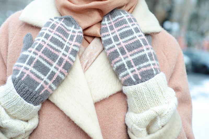 Вязаные варежки серые в клетку, Шерстяные рукавички с пайетками