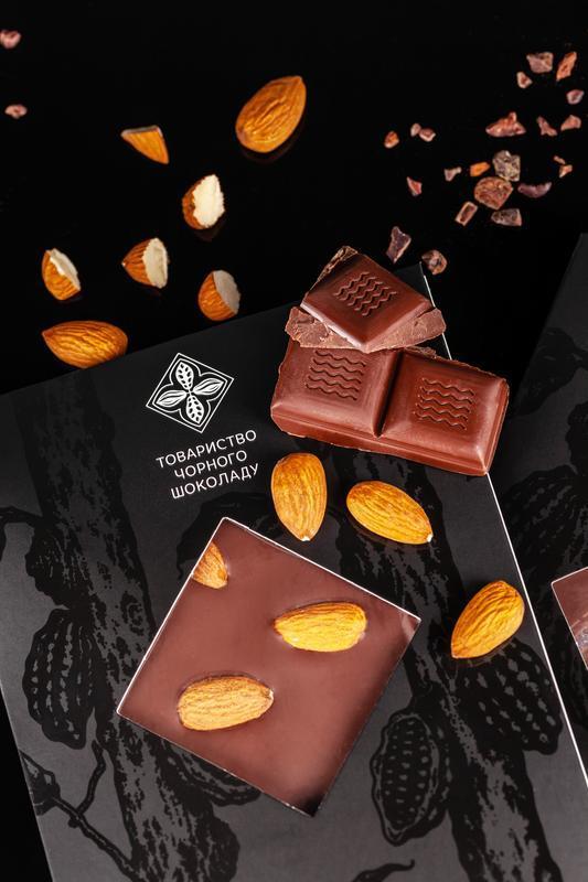 Чорний шоколад з мигдалем