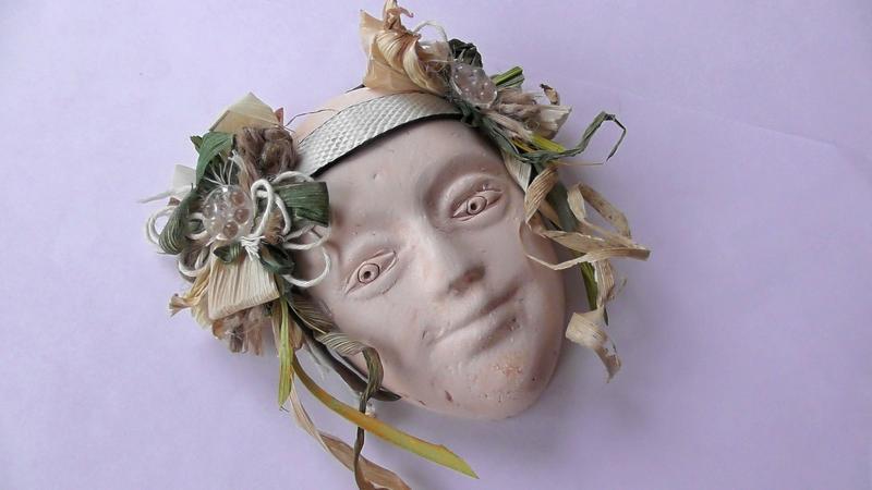 Маска в виде лица девушки с декором на стену