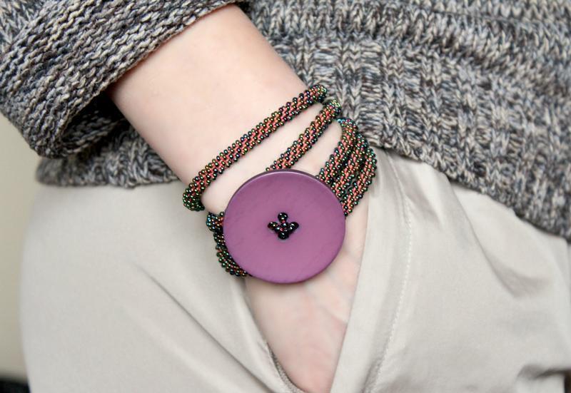Разноцветный браслет жгут с большой пуговицей. Женский браслет фенечка из бисера. Бохо/хиппи браслет