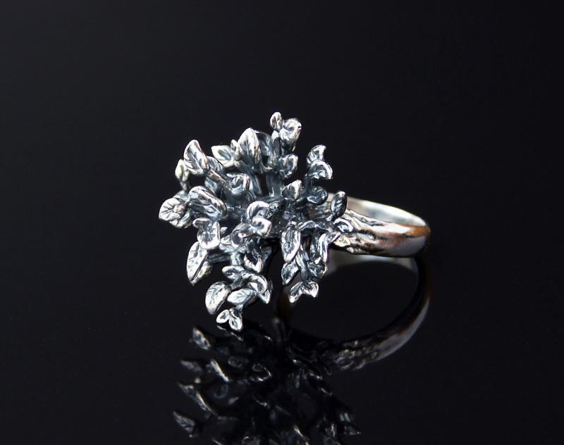 Необычное серебряное кольцо в виде деревца с чернением