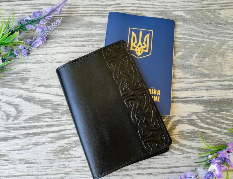 Обложка на паспорт черный кельтский узел в 1 полосу