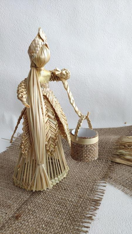 Интерьерная кукла из соломы