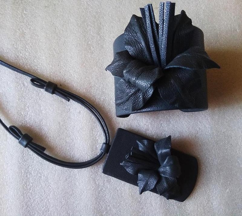 Кожаный комплект (кулон и широкий браслет) с цветком лилии