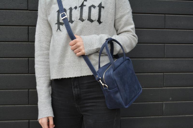 Кожаная сумочка через плечо. Синяя маленькая кожаная сумочка