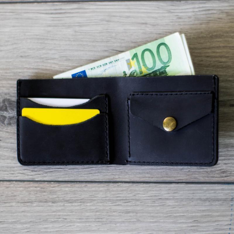 Черный именной мужской кожаный кошелек с гравировкой. Портмоне с инициалами.