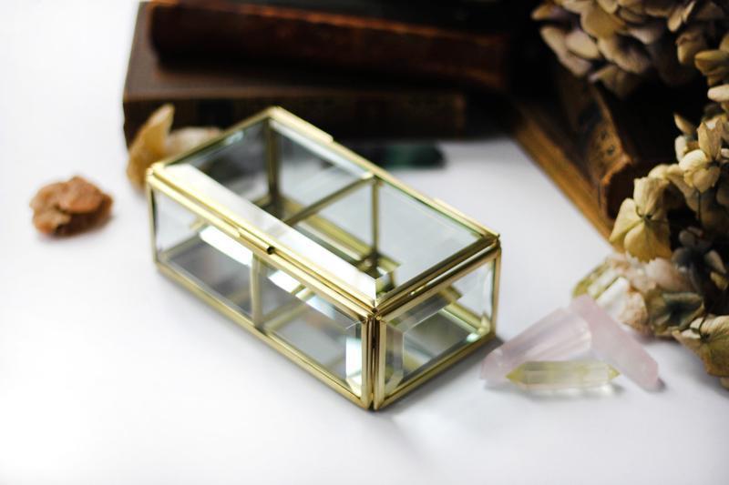 Прямоугольная стеклянная шкатулка в латунном профиле с двумя делениями.