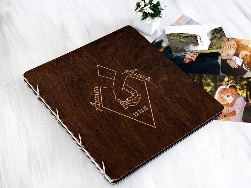 Деревянный свадебный фотоальбом с магнитными листами «Руки»