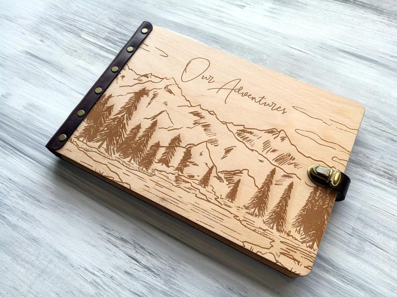 Фотоальбом в деревянной обложке с гравировкой «Our Adventures»