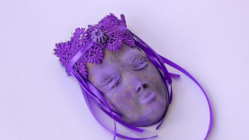 Маска настенная с декором в фиолетовом тоне