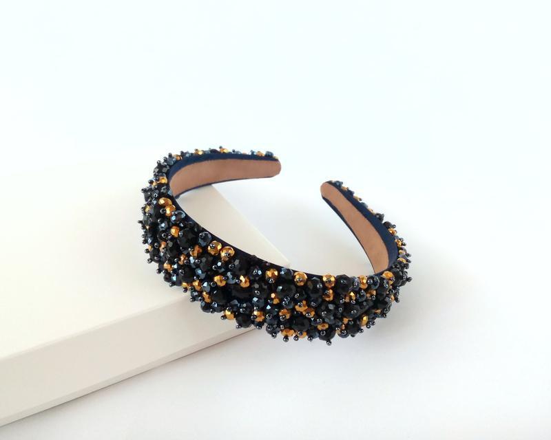 Черный хрустальный ободок с золотистыми бусинами