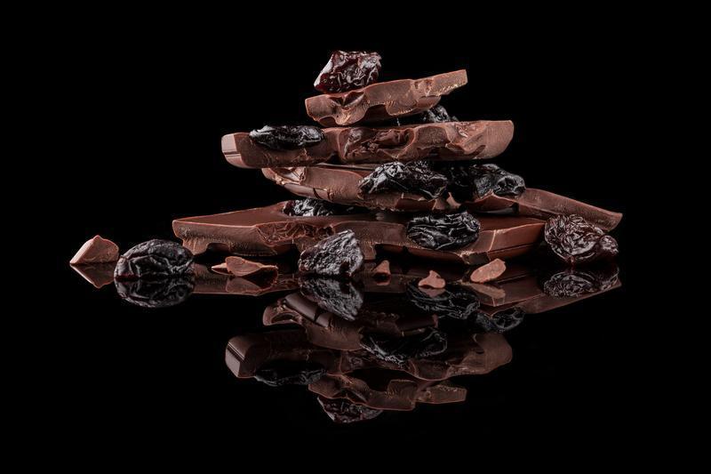 Черный шоколад с вишней