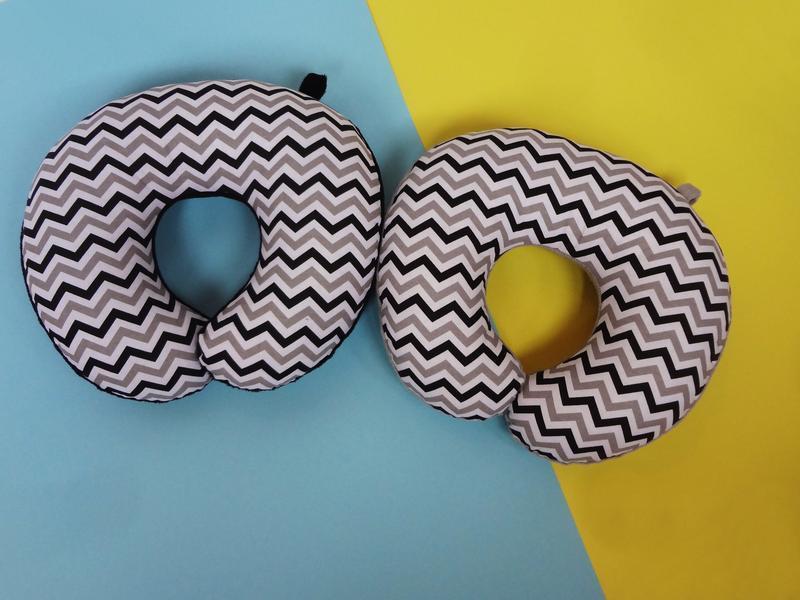 Дорожная подушка - зигзаг Киев, подушка для путешествий - геометрия, подушка для шеи - черная