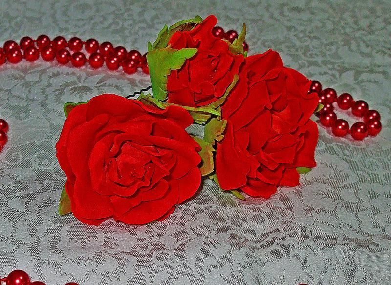Червоні троянди на шпильках