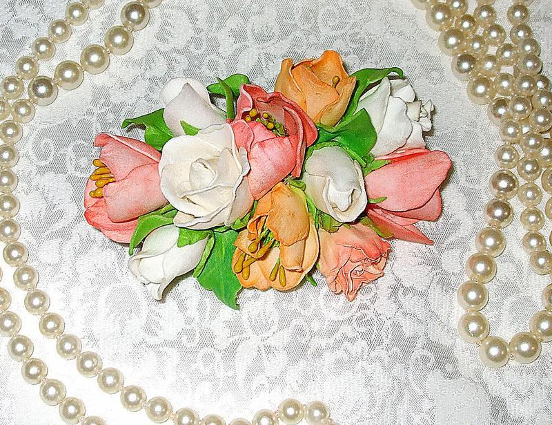 Заколка з квітами в пастельних тонах.