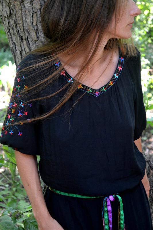 Черное платье из натуральной хлопковой ткани с красивой авторской вышивкой. Нежное летнее платье