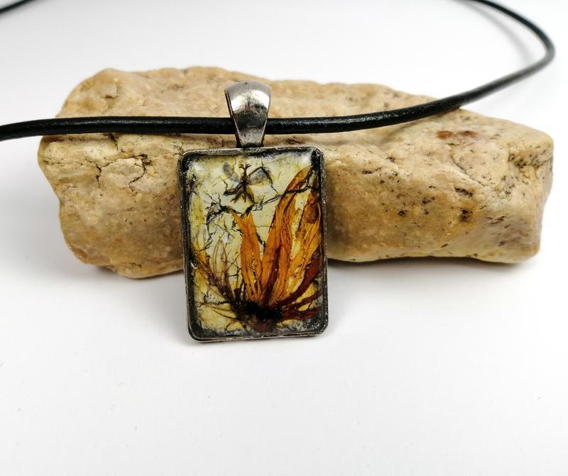 Недорогой подарок девушке: кулон - абстрактая миниатюра из сухих растений в ювелирной смоле